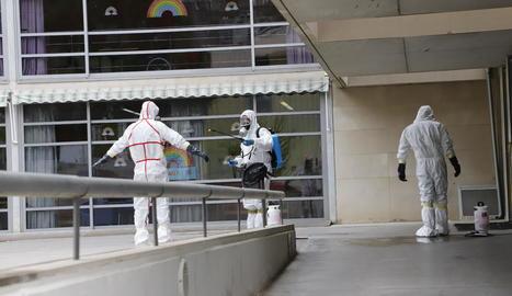 Foto del personal de la Llar de Sant Josep, que treballa sense descans. Ahir el centre va ser desinfectat.
