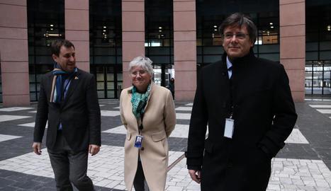Toni Comín, Clara Ponsatí i Carles Puigdemont, al sortir de l'Europarlament al febrer.