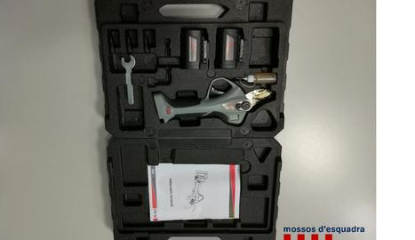 Fotografia de les eines recuperades pels Mossos d'Esquadra després de l'arrest.