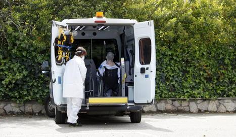El primer pacient de l'Arnau de Vilanova de Lleida traslladat a l'hotel