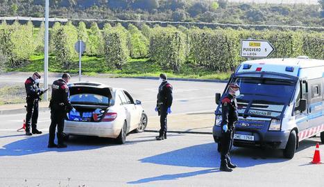 Els Mossos van escorcollar el maleter d'un turisme ahir a la tarda al control de l'N-240 a Juneda.