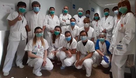 Foto de família del personal del servei d'Oncohematologia de l'Arnau de Vilanova.