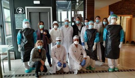 Foto de família de l'equip de professionals que treballen a l'hotel hospital Nastasi.
