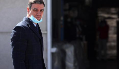 Pedro Sánchez va visitar ahir una empresa que fabrica respiradors.