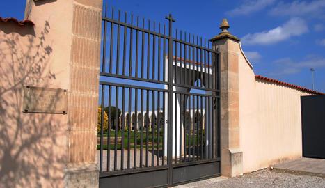 Imatge del cementiri de Mollerussa, tancat al públic per la crisi del coronavirus.