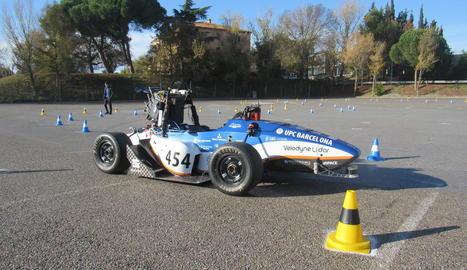 construcció. Alumnes treballant amb el cotxe, que ha de tenir unes mides i un pes determinats per a l'organització.