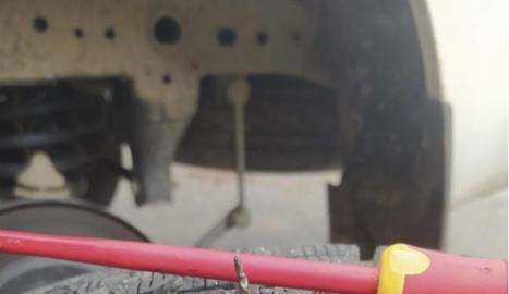 El clau amb què van punxar la roda del cotxe de la brigada.