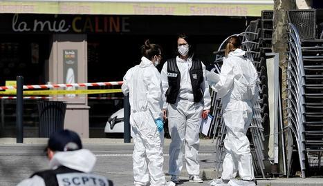 Agents de la policia científica al lloc de l'atac.