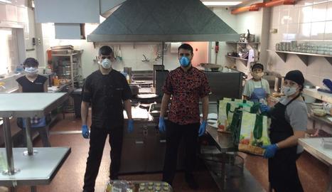 Personal del Club Majèstic, treballant ahir a la cuina