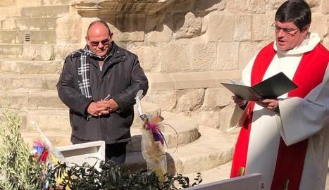 Els sacerdots Lluís i Joan, beneint les branques d'olivera.