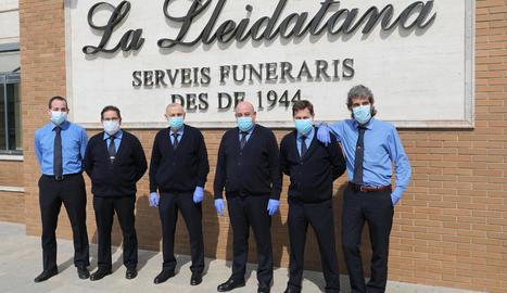 Personal de la funerària de la capital, ahir davant les instal·lacions.