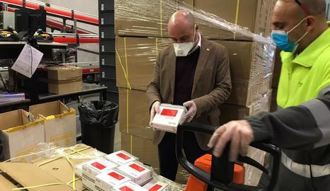El material sanitari va arribar al centre logístic del CatSalut a Sant Sadurní.