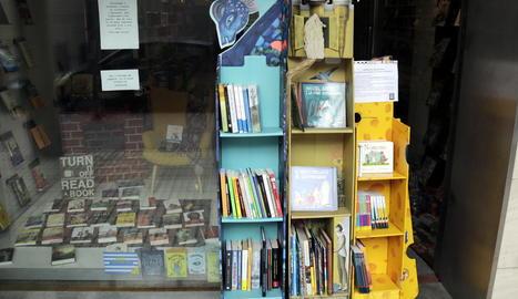 Imatge dels exemplars que hi ha a l'exterior de la llibreria.
