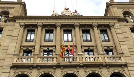 Les banderes de l'ajuntament de Lleida onegen a mig pal per les víctimes de la covid-19