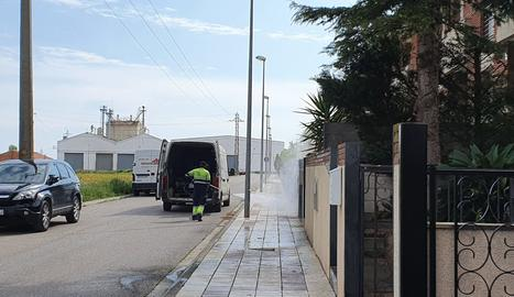 Treballs de neteja als carrers de la capital del Pla d'Urgell.