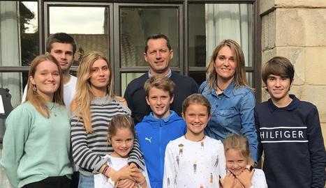 L'Albert i la Goretti amb els seus fills, Noé, Blai, Nati, Valèria, Dan i Aimar, a casa seua a Bellcaire.