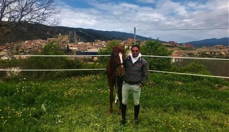 Albert Hermoso, ahir amb el cavall Atento, a les instal·lacions d'Els Serrats d'Os de Balaguer.