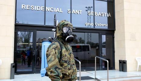 Un dels militars de la brigada Aragó de l'exèrcit de terra preparat per entrar a la residència d'Alcarràs
