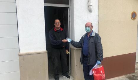 L'entrega d'una de les mascaretes a un veí.