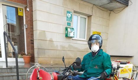 L'alcalde de Bovera, en quad per desinfectar carrers.
