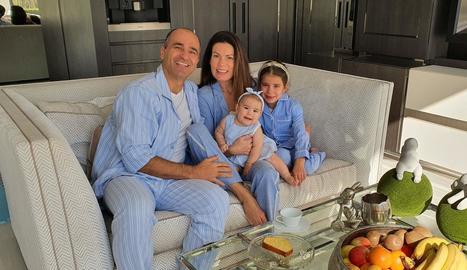 Robert Martínez, amb la seua esposa, Beth, i les seues filles, Luella i Saffiana Amor, al seu domicili de Wigan on estan confinats.