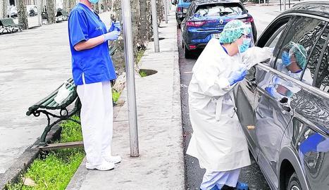 Treballadors de l'hospital de la Seu fent el test ràpid a una embarassada de la capital.