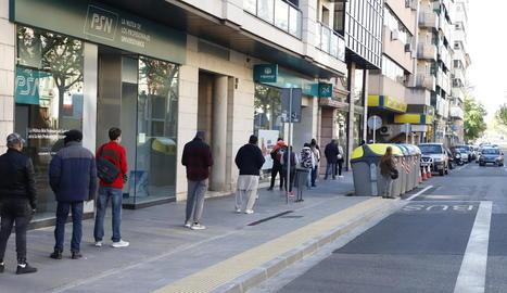 Llarga cua de ciutadans dijous per accedir a l'oficina de Correus de rambla Ferran.