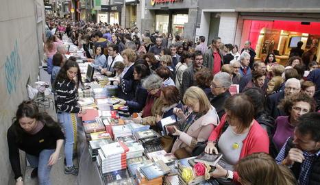 Parada de llibres a l'Eix Comercial de Lleida el Sant Jordi 2019.