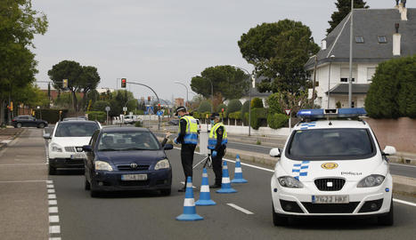 Un control de trànsit de la Guàrdia Urbana, ahir a l'avinguda Alcalde Rovira Roure.