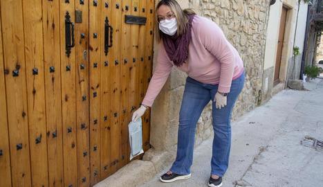 Corbella a l'entregar medicines a uns veïns de Nalec.