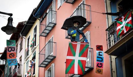 Molts ciutadans bascos van penjar la ikurriña als balcons.