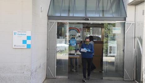 Una usuària surt del CAP de Balàfia el Divendres Sant, dia en què aquests centres van obrir.