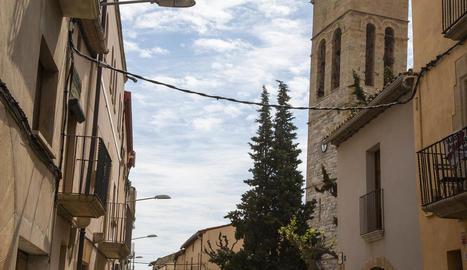 Imatge del carrer principal de Vilagrassa amb fanals antics.