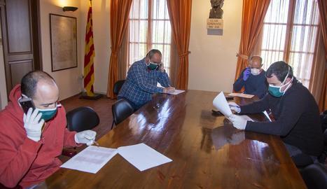 L'alcalde, regidors i voluntaris trucant.