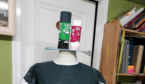 Imatge d'un empleat d'una farmàcia de Lleida mostrant les mascaretes que venen a un client.