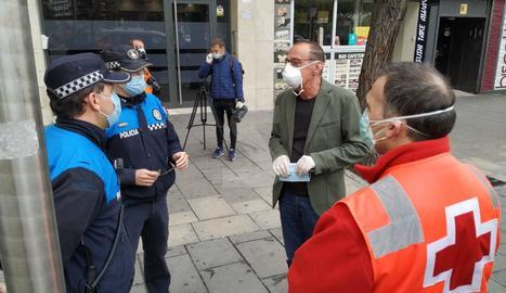 L'alcalde de Lleida, Miquel Pueyo, amb membres de la policia local i de Creu Roja aquest dimarts a l'estació d'autobusos.