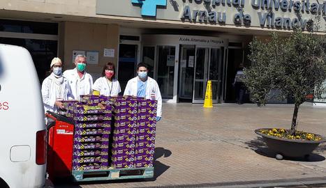 La DOP Pera de Lleida entrega unes peces de fruita per al personal sanitari lleidatà
