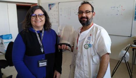 Rosa Vaquera, del GREiA, amb un sanitari del CAP Balàfìa amb les viseres.