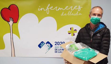 El Col·legi d'Infermeres de Lleida subministra equips de protecció a més d'una quarantena de centres assistencials. A la imatge, un responsable de la residència L'Anunciata de Juneda.