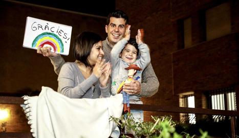 Una família de Lleida aplaudint els professionals sanitaris.