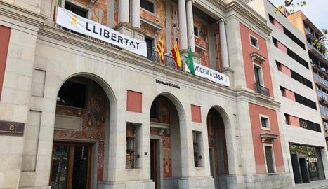 Imatge de les banderes de la Diputació a mig pal en senyal de dol per les víctimes del coronavirus.