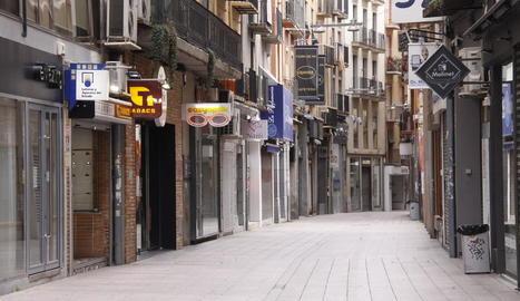 El carrer Sant Antoni de l'Eix Comercial de Lleida, totalment buit.
