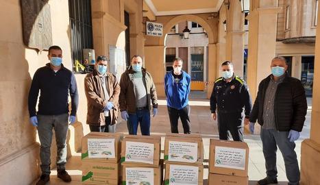 Moment de la donació de material a agents de la policia local.