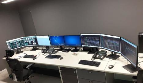 A l'esquerra, el centre de control de les centrals a la seu d'operacions als Magraners. A la dreta, el centre d'emergència.