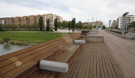 Una passarel·la de Lleida, buida.