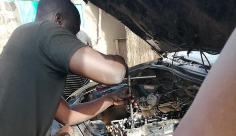 Els mecànics, reparant el vehicle.