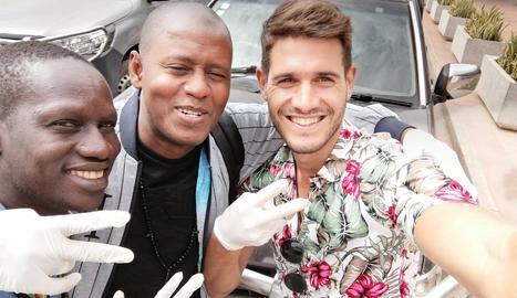 En Josep, amb dos dels companys de viatge que ha trobat en el camí.
