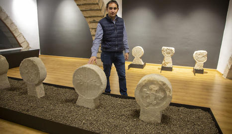 L'alcalde de Preixana, Jaume Pané, amb les esteles al nou espai museístic de Sant Llorenç.
