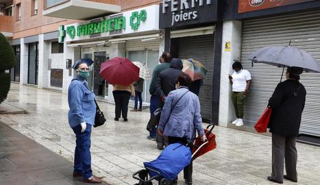 Ciutadans fan cua davant d'una farmàcia de la ciutat de Lleida.