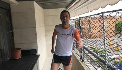 L'atleta Xavi Thai, assessor de la jornada, s'entrena a casa.